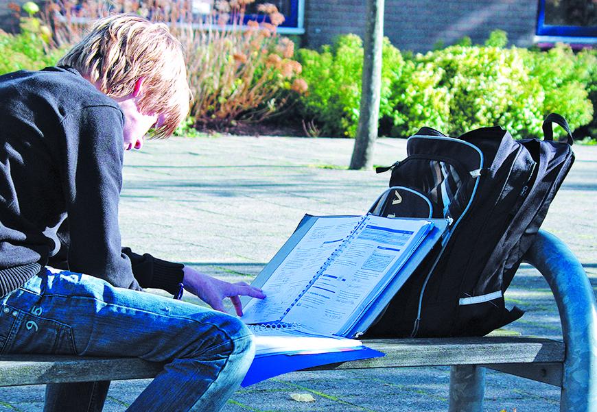 studerend kind op het schoolplein van het Over-Y College